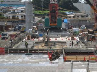 羽沢駅の西谷駅側の端はシールドの発進立坑となっており、クレーンで地下に資材を降ろしている。