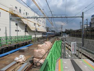 横浜方のホーム端。上り本線の信号機はカバーをかけた状態で残されている。