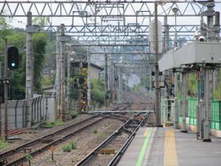 西谷駅ホーム端から海老名方面を見る。駅に近接する部分は特に工事は開始されていない。