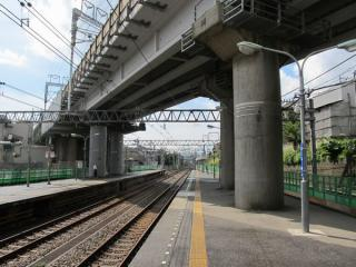 西谷駅ホームの海老名方。上を通るのは東海道新幹線。