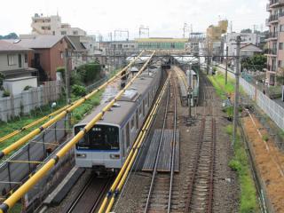 西谷駅の横浜方にある歩道橋から駅構内を見る。右の線路は使用停止となった上り待避線(4番線)。