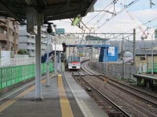 西谷駅ホームから横浜方面を見る。
