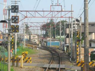 左にカーブしながら野田市駅に進入。