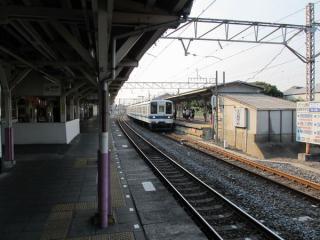 1番線(大宮方面行きホーム)から野田市駅構内を見渡す。ここも屋根は木製。