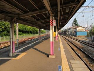 2・3番線(柏方面行きホーム)。左側の側線は貨物列車が運行されていた時代の名残で現在は保守用機材の留置線となっている。