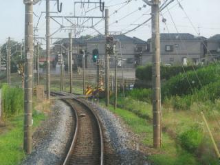 柏行き列車の前面展望。仮線用地は右側(西側)に用意されている。