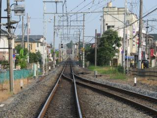 愛宕駅前の踏切から野田市駅方面を見る。遠方に見えるのが野田市駅の場内信号機。仮線用地は右側にある。