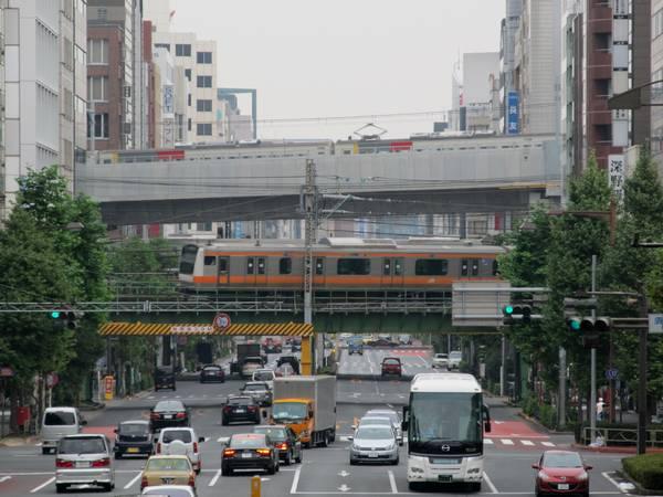 靖国通りを跨ぐ高架橋上を行く185系試運転列車