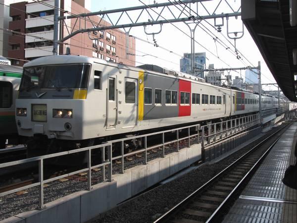 重層高架を下って秋葉原駅脇を通過する185系試運転列車
