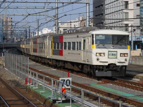 秋葉原駅上野寄りは急なS字カーブのため速度を落として通過する