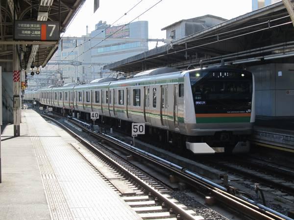上野駅6番線に到着するE233系試運転列車。留置線から出てきたホーム据え付け列車と見分けるポイントは行先表示と列車番号。
