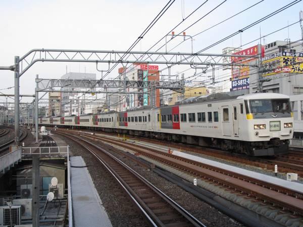上野駅を発車してカーブしながら御徒町駅脇を通過する185系試運転列車。
