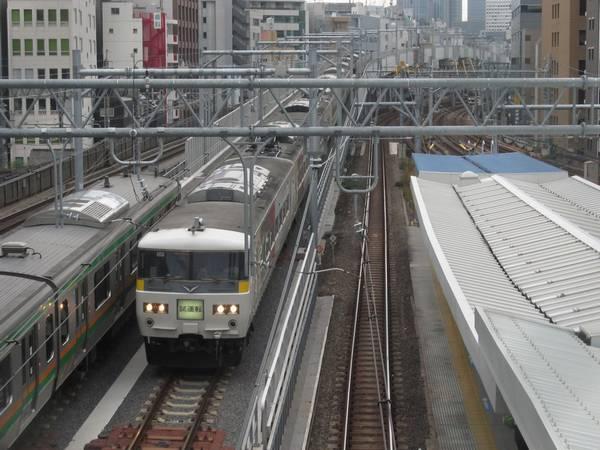 秋葉原駅付近を行き来する上野東京ラインの試運転列車