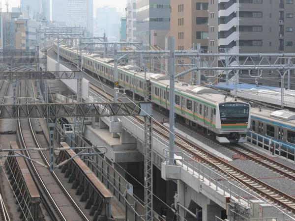 秋葉原駅付近を走る上野東京ラインの試運転列車。(E233系)