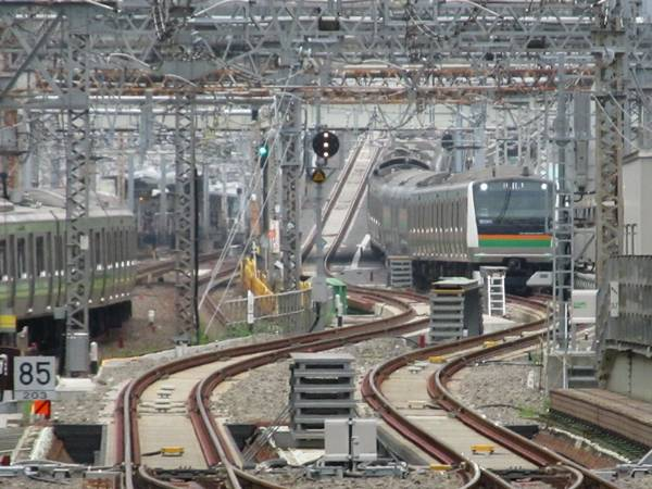 営業線用に改修された東海道線用引上線に進入し…