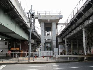 靖国通り付近の高架橋建設状況。