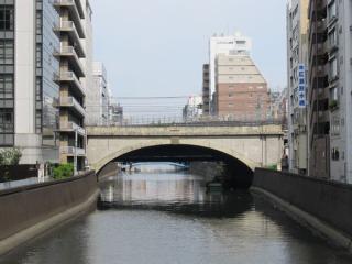 神田川の橋梁付近。左が秋葉原駅方向、右が神田駅方向で手前の山手線・京浜東北線のアーチ橋の奥に斜路になった高架橋が完成しつつあることがわかる。