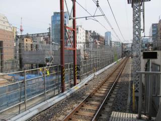 秋葉原駅脇で進む高架橋のかさ上げ工事。
