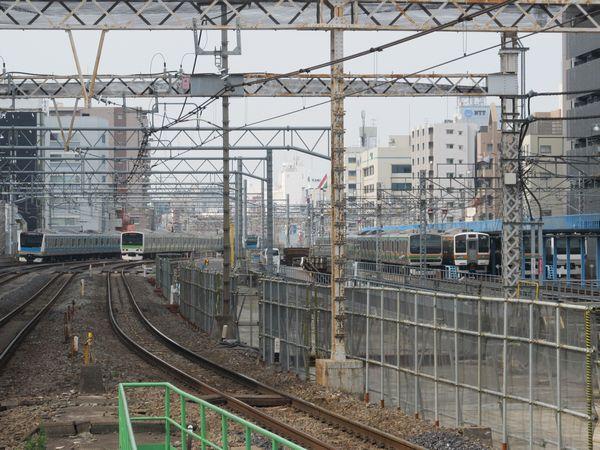 秋葉原駅のホーム端から御徒町駅方向を見る。中央の軌道のない部分が将来縦貫線になる。