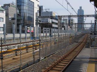 御徒町駅ホーム脇で進められている軌道高規格化工事