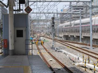 東京駅東海道線ホームの神田方で続く軌道の更新作業。