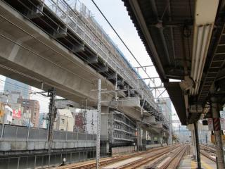 神田駅ホーム端から東京駅方向を見る。橋脚に補強用のトラスが追加された以外は大きな変化はない。