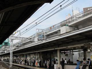 中央通りをまたぐ部分は鋼製桁となっている。