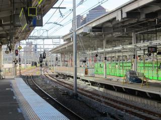 11・12番線ホームの横浜寄りの端。12番線は停止位置が東京寄りにずれているため柵が設置されている。