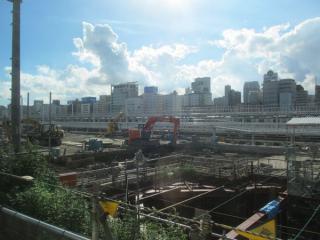 東海道線下り列車から建設中の新車両基地を見る。洗浄台付きの本格的なものとなっている。手前の掘削は高輪橋架道橋の付け替えに関連したものと思われる。