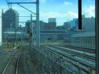 新車両基地は11・12番線の分岐点付近まで続く。