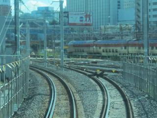品川駅(11番線)到着直前の東海道線下り列車の前面展望。右に分岐する線路は新9番線に接続するものと思われる。