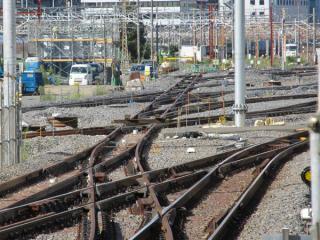 11番線の端から敷設中の新車両基地の線路を見る。片開き分岐器や交差が合計9個並ぶ複雑な配線。