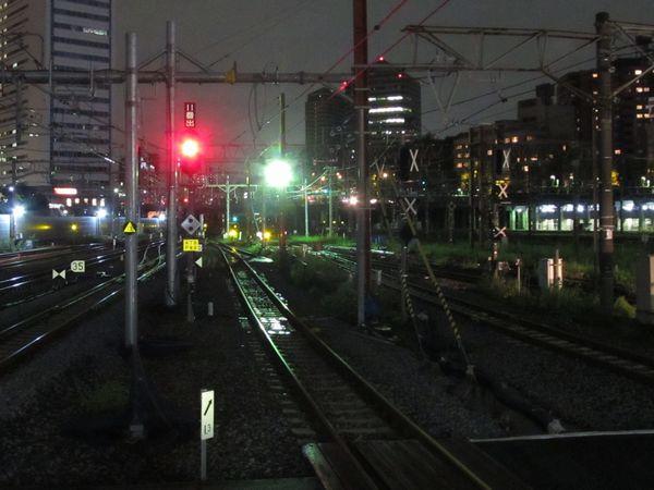 11番線のホーム端から横浜方面を見る。右の9・10番線は使用停止となったため出発信号機に×印が打ち付けられている。