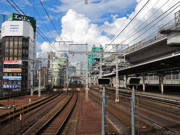 神田駅のホームから上野方面を見る。奥に見える緑色の機械が二重高架の桁を架設する。