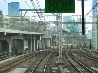 山手線外回り電車の車内から見た二重高架区間の工事。