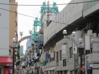 神田~秋葉原間で交差する靖国通りから架設機を見る。