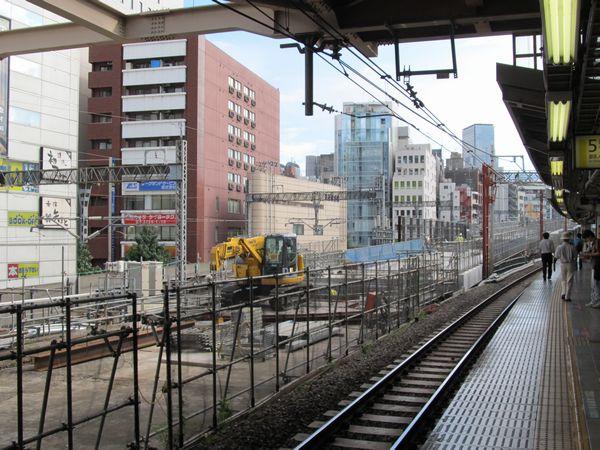 秋葉原駅のホームから建設中の東北縦貫線高架橋を見る。神田駅付近の二重高架区間へ向かって急傾斜で登る形状となっている。