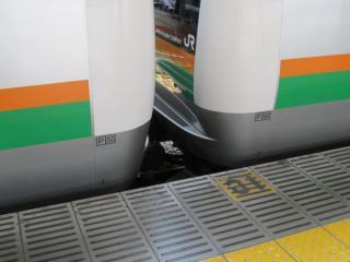 基本編成・付属編成の連結部分。ATSはPとSN形を装備。2011年以降の増備車では転落防止のため注意放送が流れる。