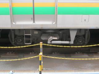 電動車のDT71形台車。E233系3000番台では普通車もヨーダンパを装着している。