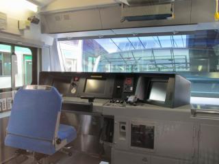 E233系3000番台の運転台。他のE233系とほぼ同じレイアウト。