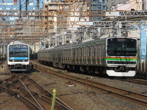 東海道線の東京~横浜間は京浜東北線や横須賀線が並行し複々線~3複線となっている。写真は京浜東北線・山手線・東海道新幹線が並行する田町駅。