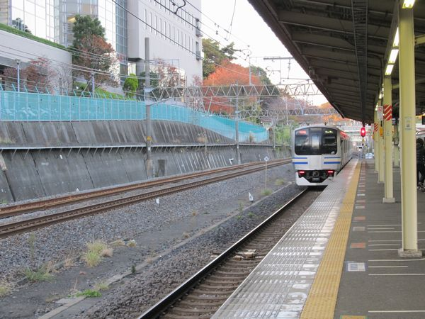 東戸塚駅を出発する横須賀線上り列車。左に並行する2本の線路が貨物線。貨物線はこの先猪久保トンネルに入ると何処へと行方をくらましてしまう。