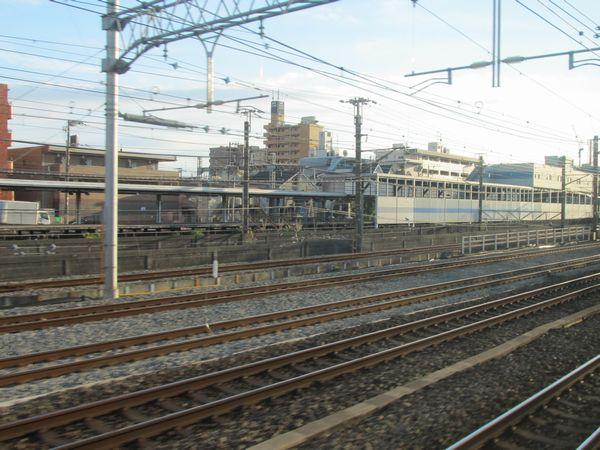 貨物線の反対側の出口は鶴見~新子安間にある。後ろに見えるのが京急生麦駅。