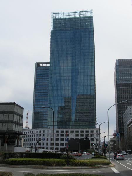 新丸ビル前から見たJPタワー。
