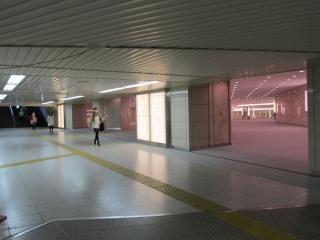 総武地下コンコースに接続するJPタワー前地下広場。
