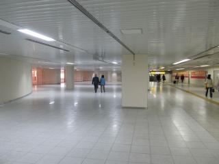 地下広場は総武線地下駅の換気塔を取り囲むように2か所で接続している。