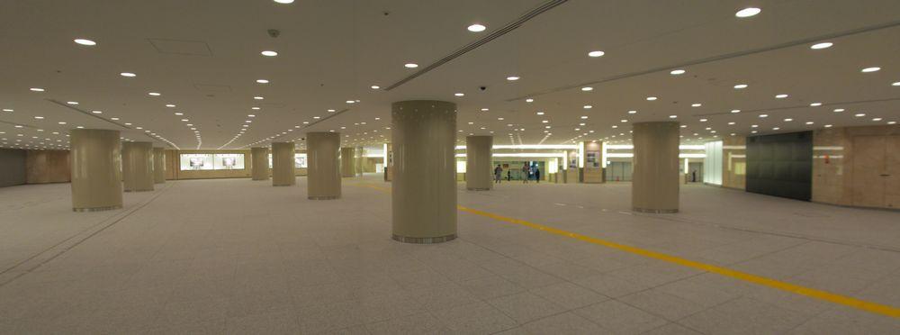 JPタワー前地下広場内の全景。