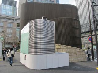 総武地下駅の換気塔脇に新設されたJPタワー前地下広場用の換気塔。