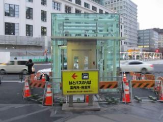 丸の内南口前に新設されたエレベータ(撮影時は工事中)。JPタワー前地下広場へ通じる。