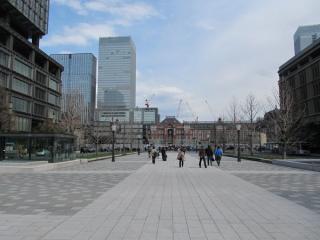 行幸通りから足場が取り外された東京駅赤レンガ駅舎を見る。